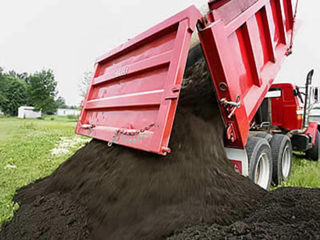 В Рязанской области задержали пять грузовиков с похищенным черноземом