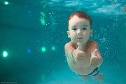 Обучаю плаванию малышей.